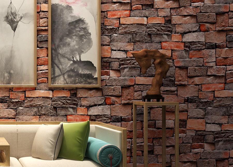 Фотообои под кирпич на стене за диваном в гостиной