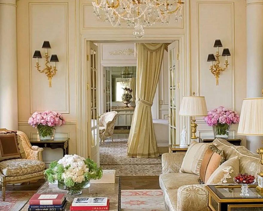 Светлая комната квартиры в стиле французской классики