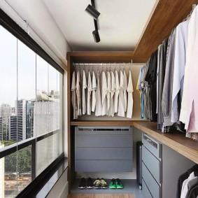 Обустройство гардероба на утепленной лоджии
