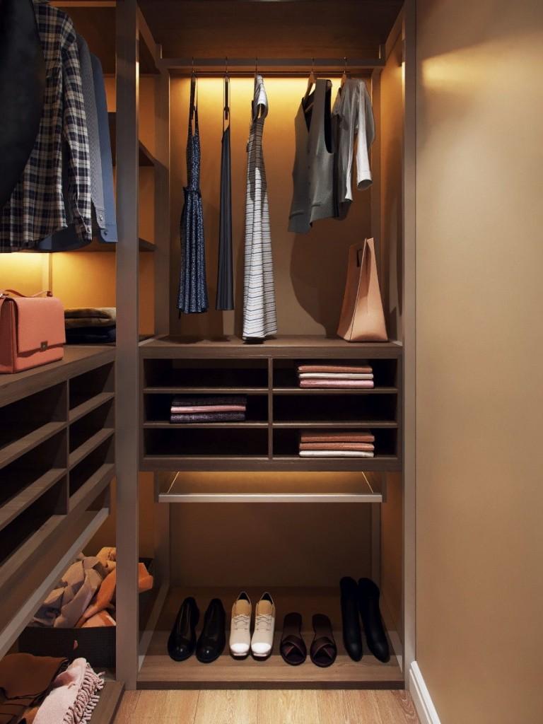 Подсветка гардероба в кладовке малогабаритной квартиры