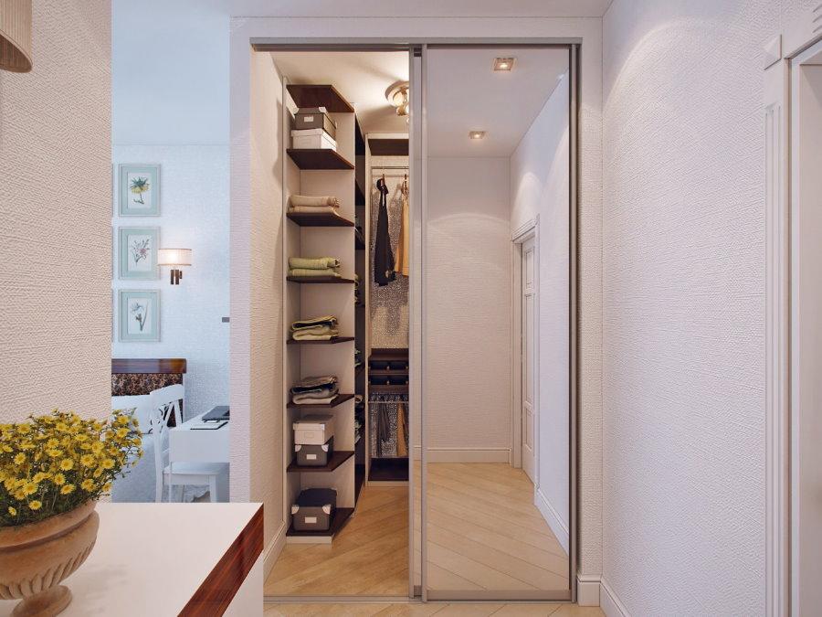 Небольшая гардеробная за зеркальными дверцами