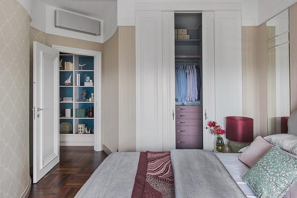 Компактный гардероб в нише стены спальной комнаты