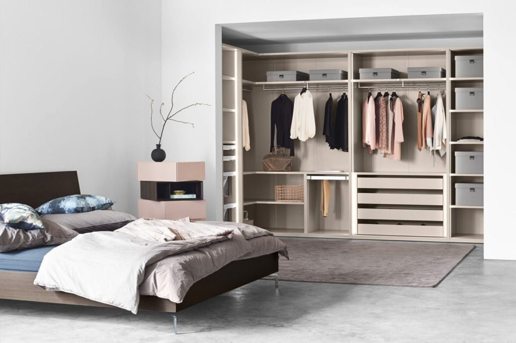 Отдельная гардеробная в интерьере современной спальни