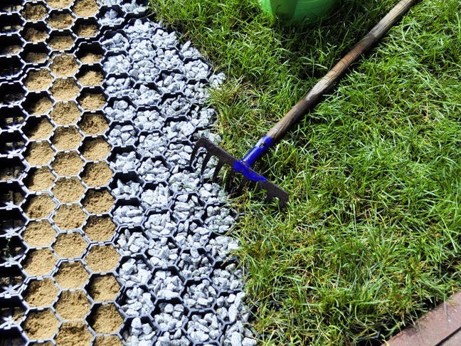 Устройство дорожки на даче из газонной решетки