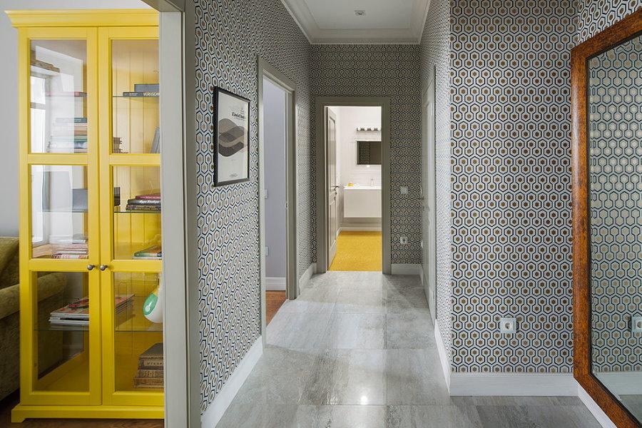 Узкий коридор с геометрическим принтом на обоях