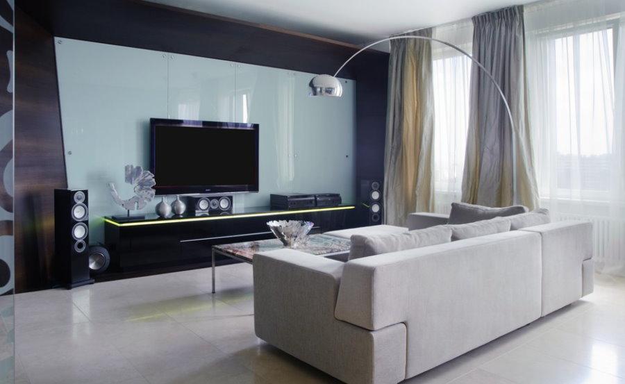 Глянцевая отделка стены за телевизором в гостиной