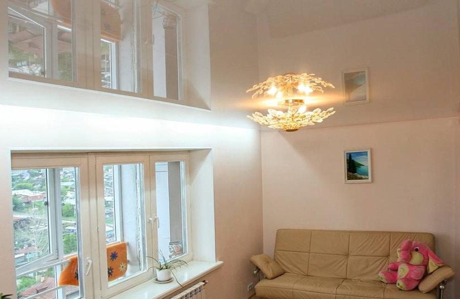 Натяжной потолок с глянцевой поверхностью в маленькой комнате