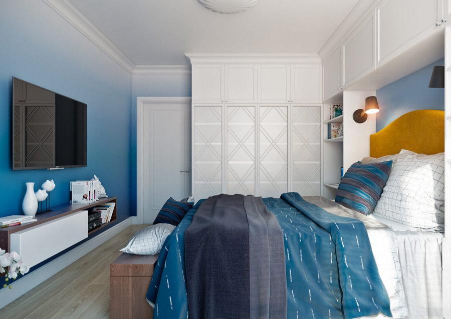 Голубые обои с переходом цвета в спальне подростка