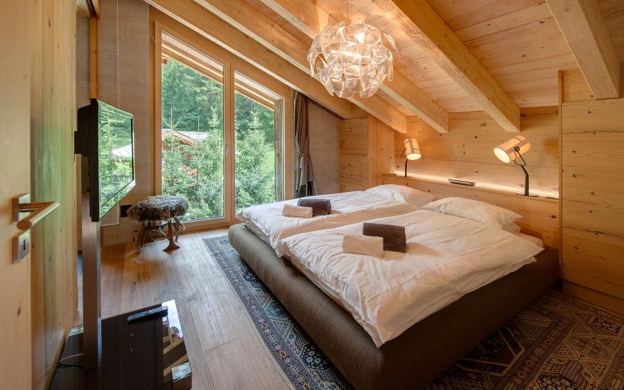 Освещение мансардной комнаты с отделкой деревом