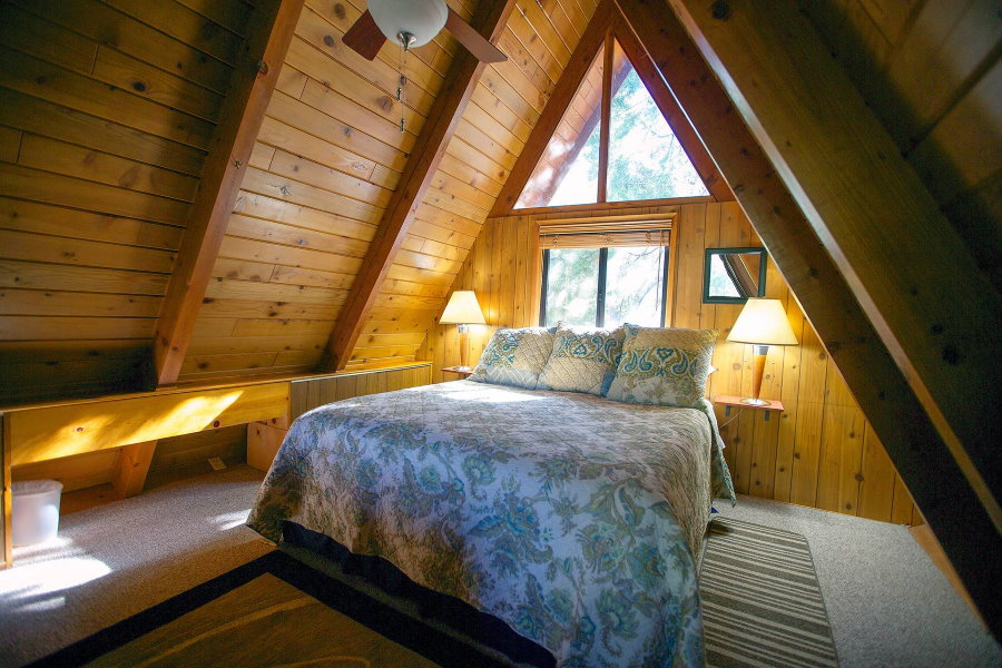 Красивая гостевая комната в мансарде дома