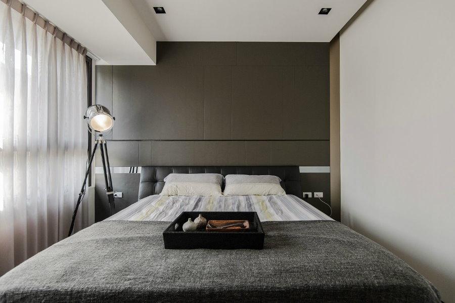 Крохотная гостевая комната с минимумом мебели в интерьере
