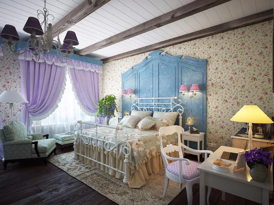Сиреневые шторы на окне гостевой комнаты
