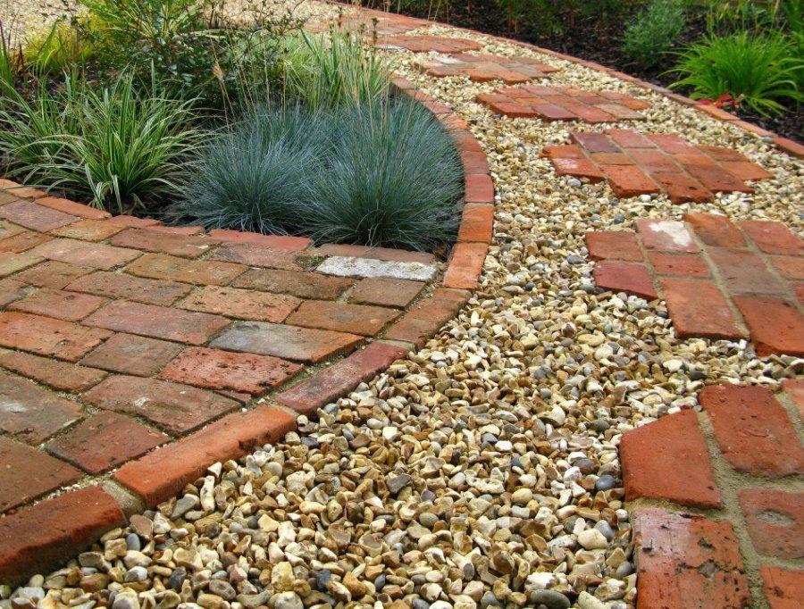 Садовая дорожка из гравия в комбинации с кирпичом