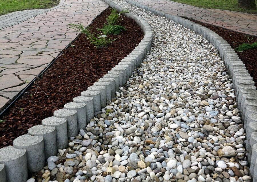 Гравийная дорожка с бетонными бордюрами