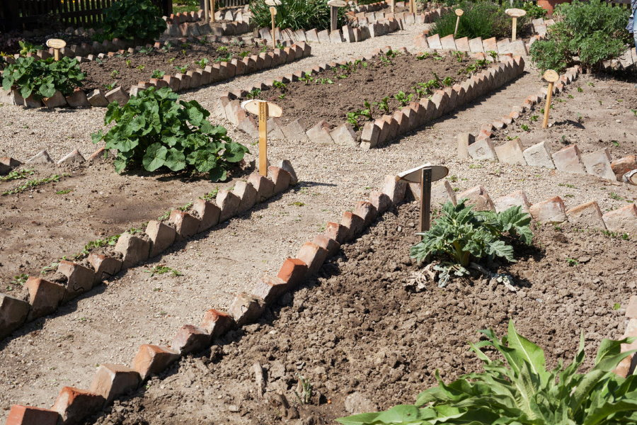 Огородные грядки из старого кирпича