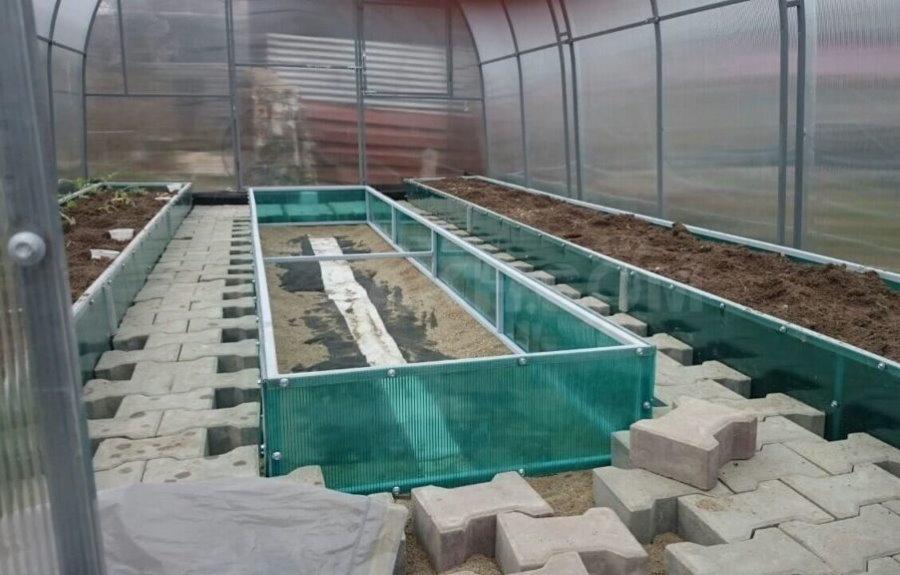 Грядки из поликарбоната внутри теплицы на даче