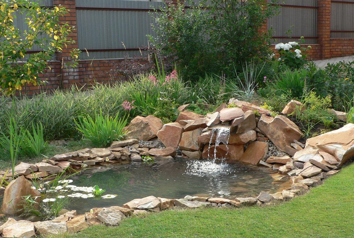 искусственный водоем с водопадом в саду