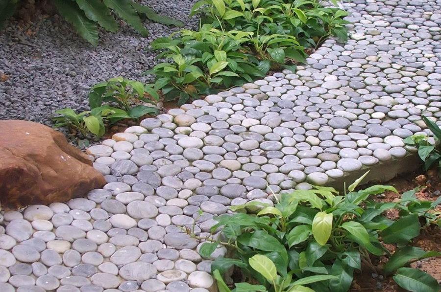 Садовая дорожка из гальки небольшого размера