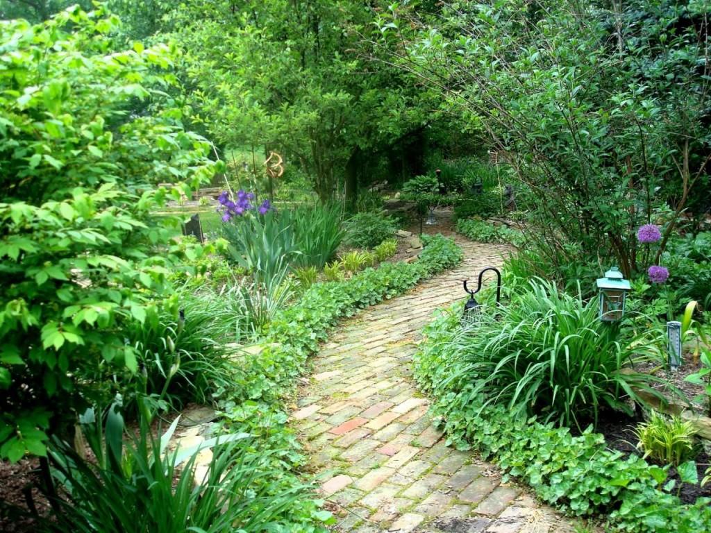 Кирпичная тропинка в старом саду