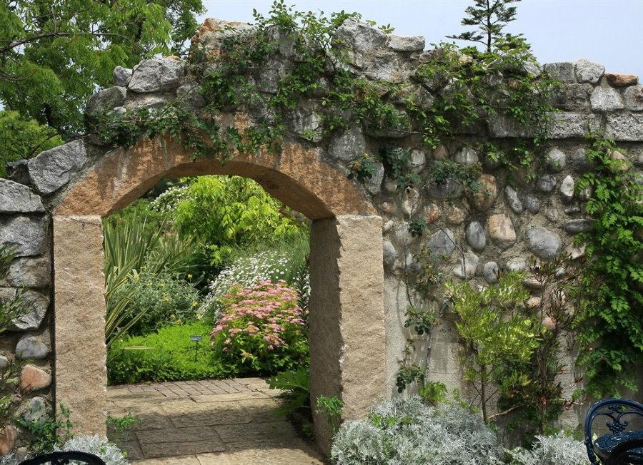 Каменная арка на входом в сад ландшафтного стиля