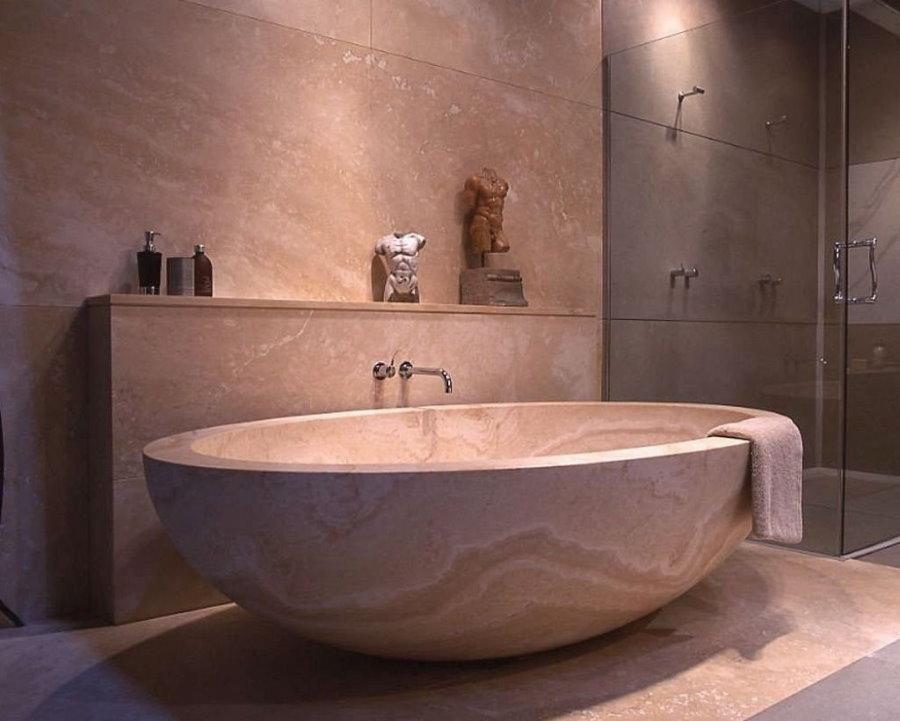 Ванна с каменной чашей в санузле загородного дома