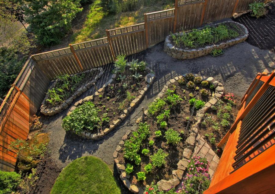 Огородные грядки с бордюрами из камней