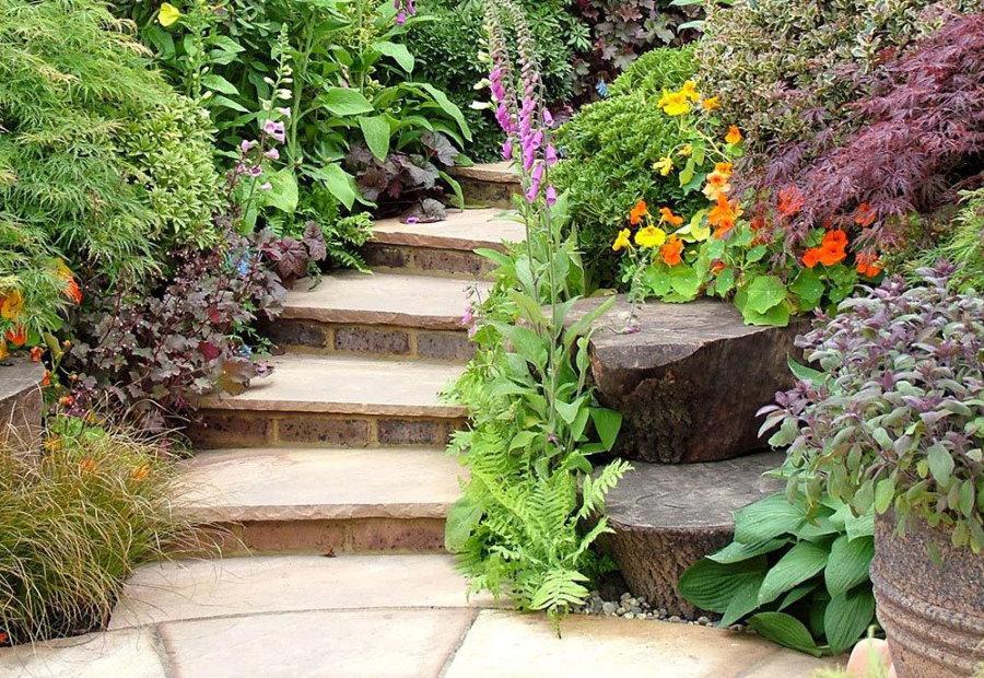 Каменные ступени на садовой дорожке