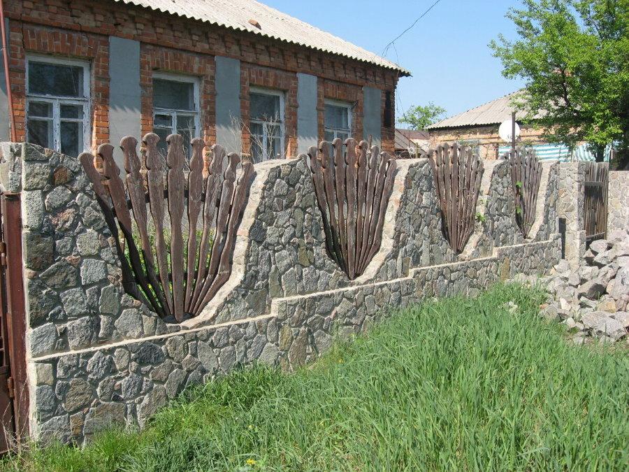 Каменный забор с деревянными вставками