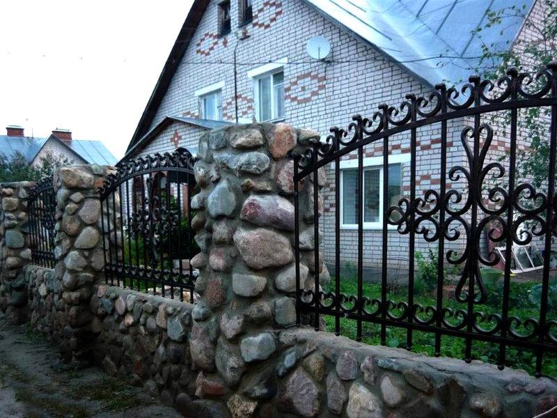Металлический забор на каменных столбах