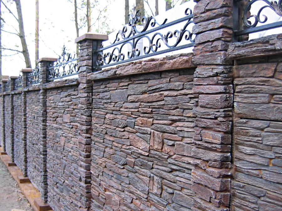Каменный забор с кованным декором