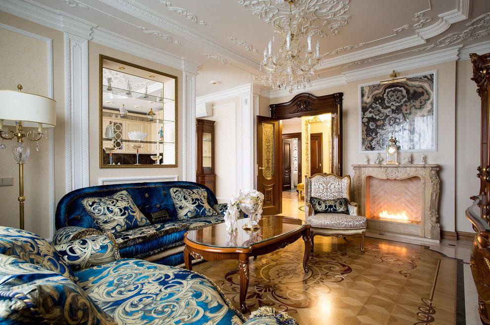 Декоративный камин в интерьере квадратной гостиной