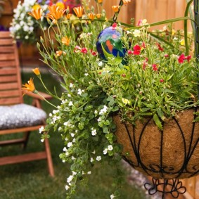 кашпо в саду