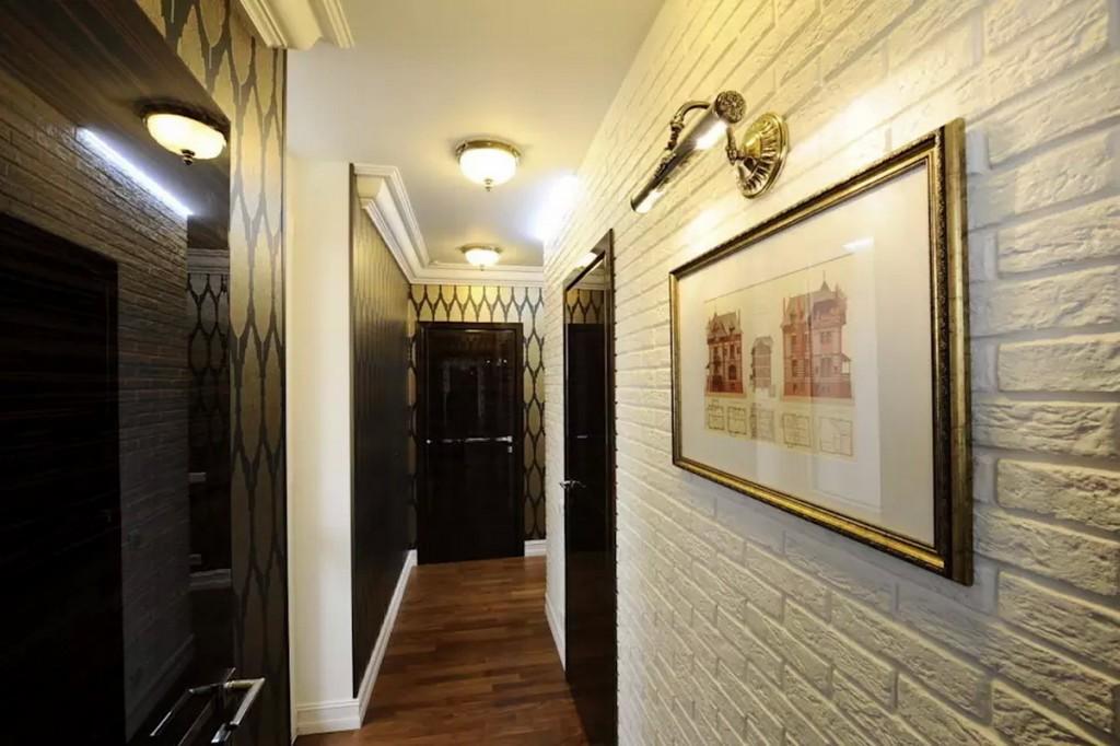 Гипсовые кирпичика на стене узкого коридора