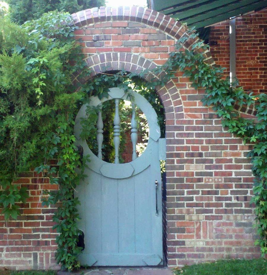 Кирпичная арка над садовой калиткой