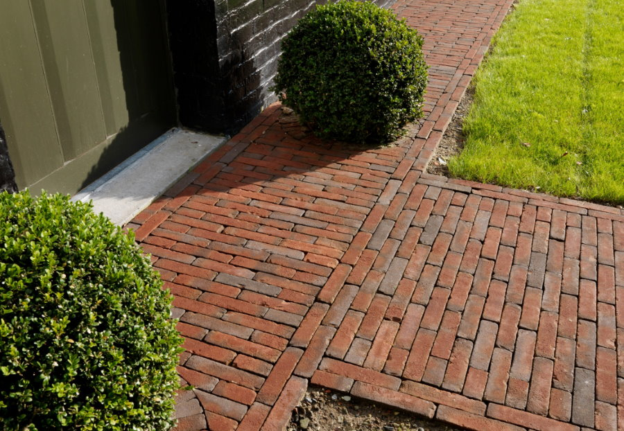 Кирпичная дорожка перед входом в частный дом