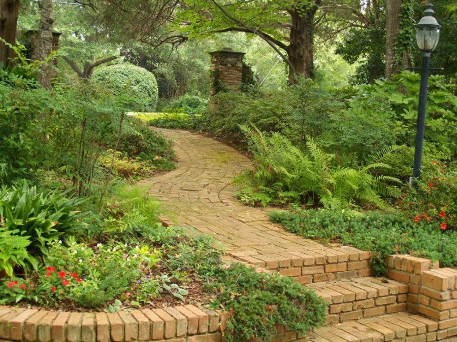 Кирпичная дорожка в глубине сада природного стиля
