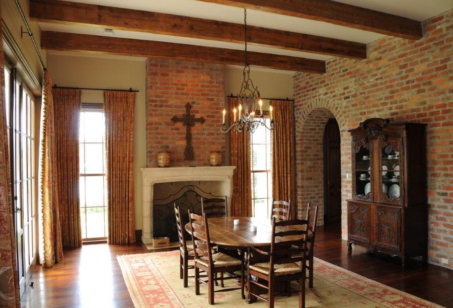 Фото гостиной в стиле готики с кирпичными обоями