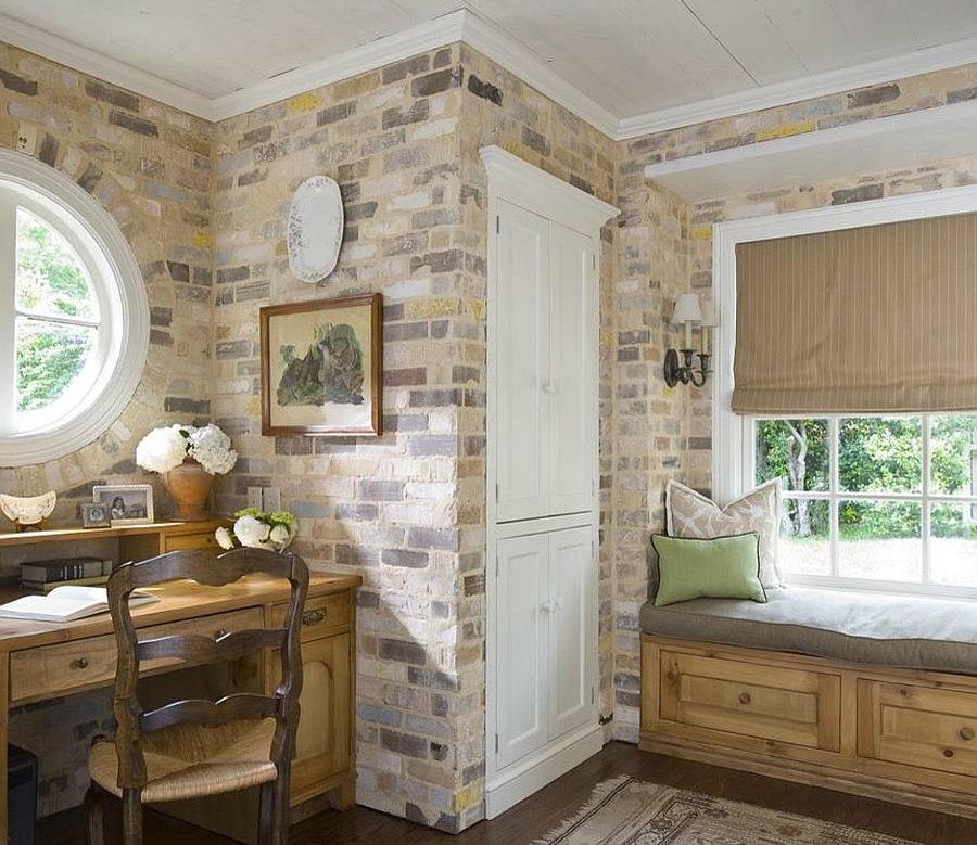 Кирпичная стена в комнате стиля прованс