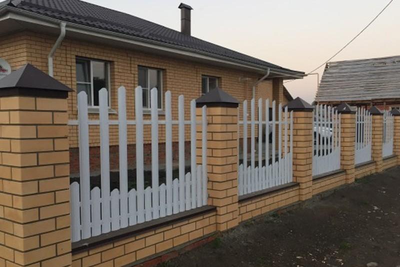 Кирпичная ограда с металлическими пролетами