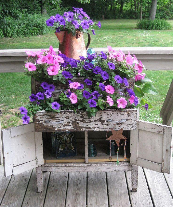 Клумба-комод с цветущими петуниями