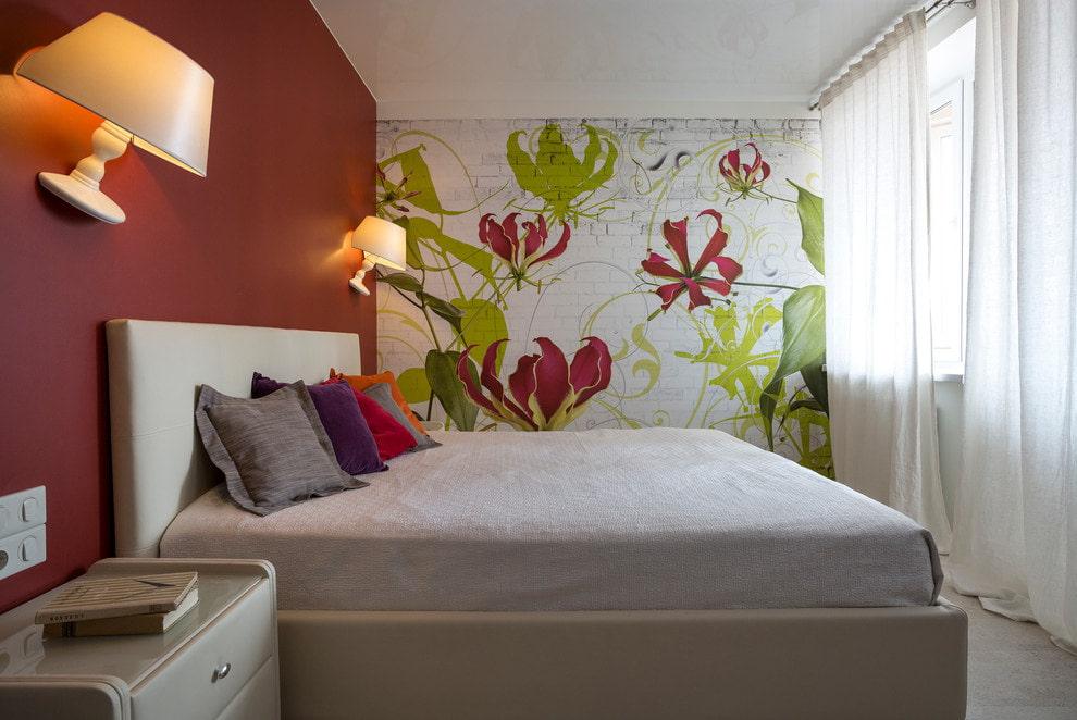 Интерьер небольшой спальни с обоями различных типов