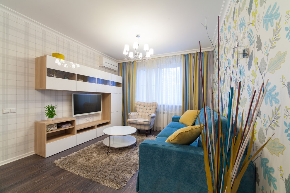Сочетание разных обоев в маленькой гостиной