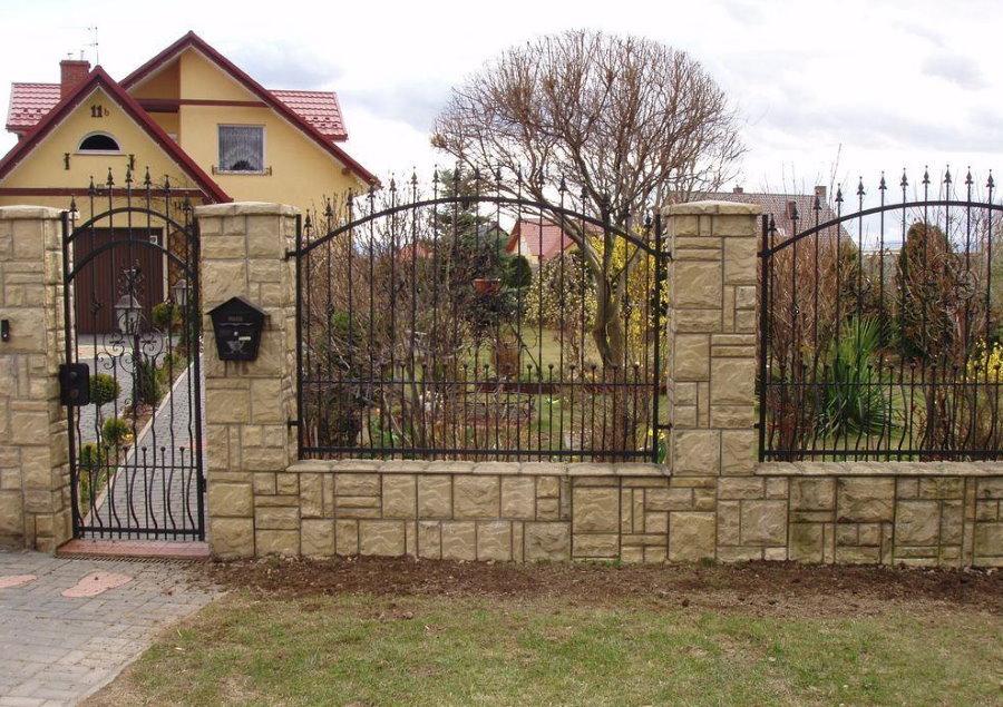 Комбинированный забор со столбами из камня