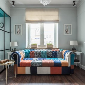 комната с диваном идеи декор