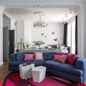 комната с диваном обзор