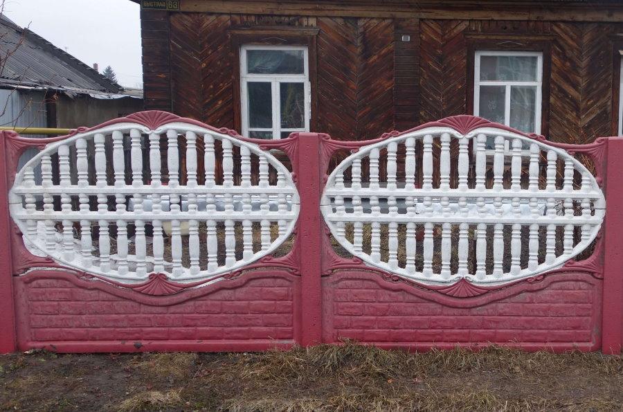 Контрастная расцветка бетонного забора на даче