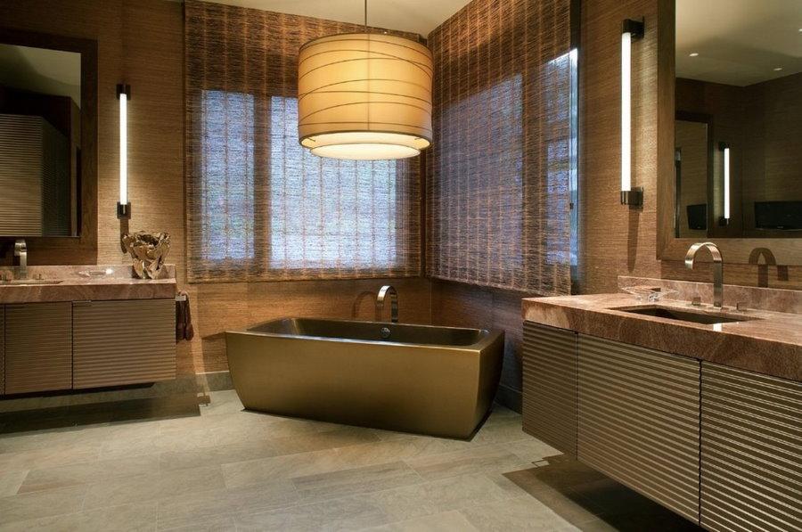 Коричневая ванна в углу просторной комнаты