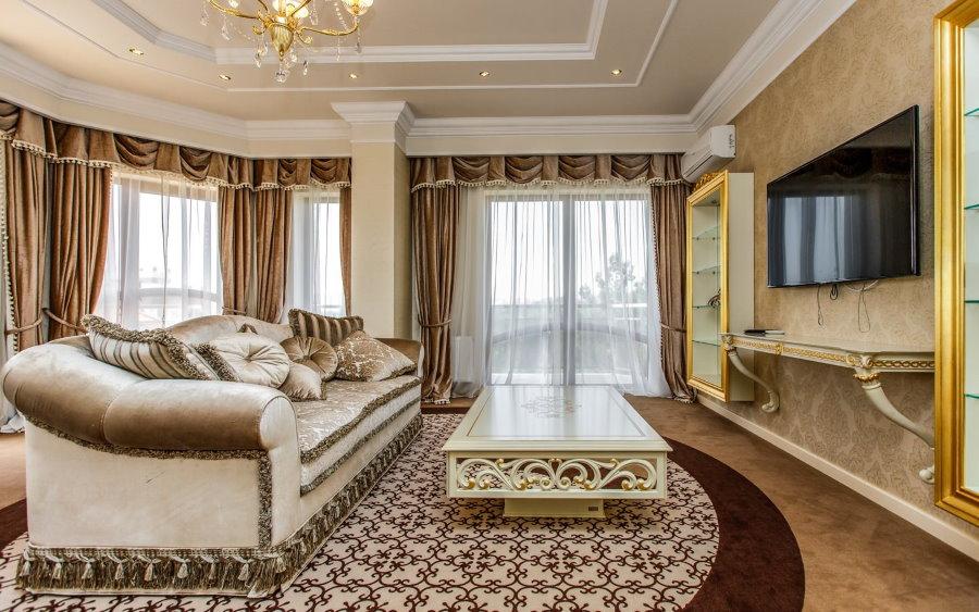 Коричневые шторы с мягким ламбрекеном в гостиной