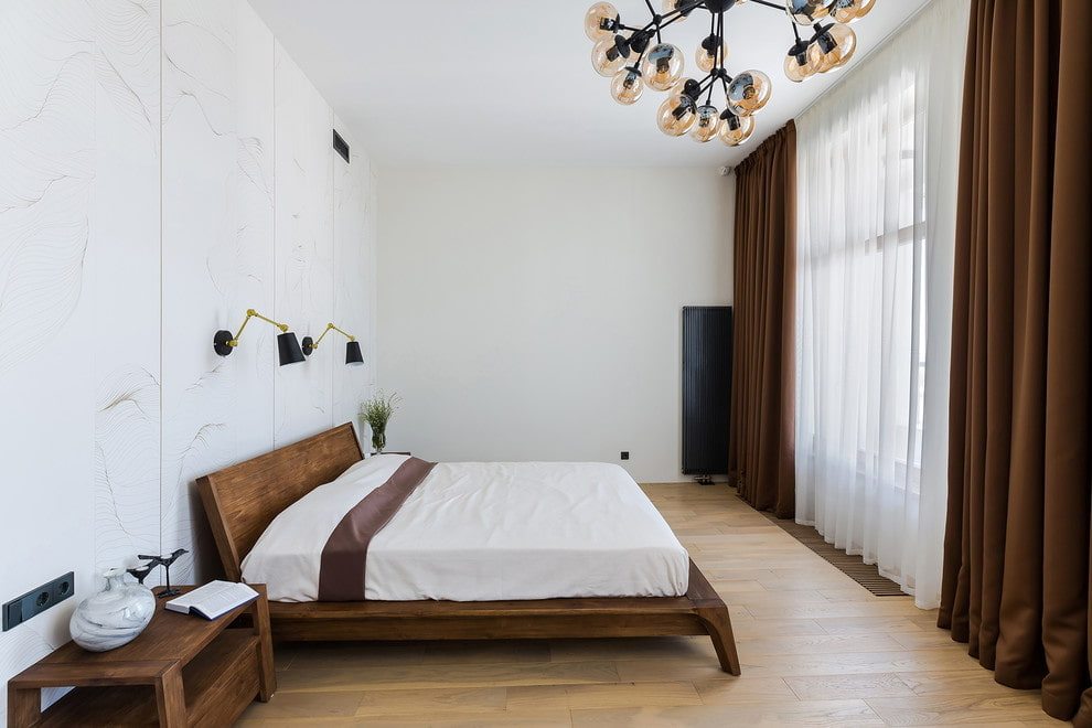 Плотные коричневые шторы в спальной комнате