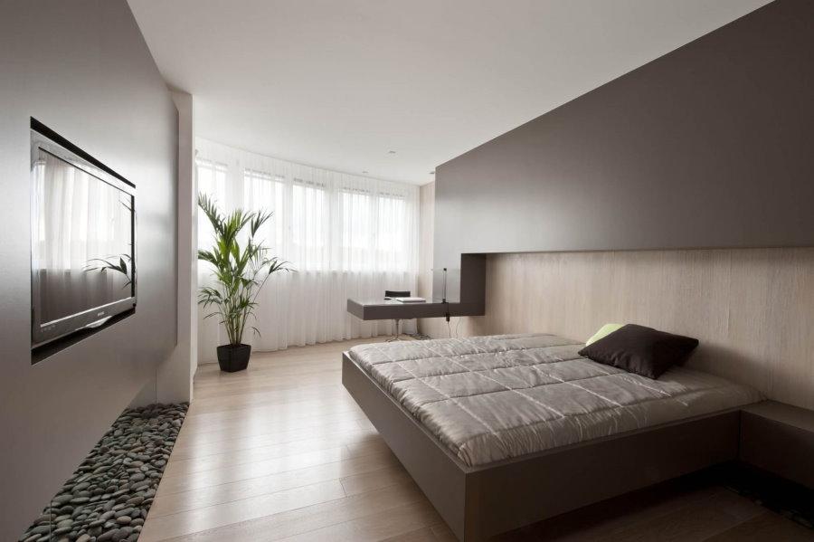 Коричневая мебель в интерьере спальни площадью 18 кв м